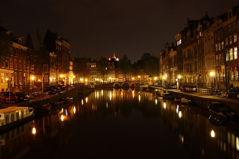 Canal-In-Amsterdam-At-Night-2009
