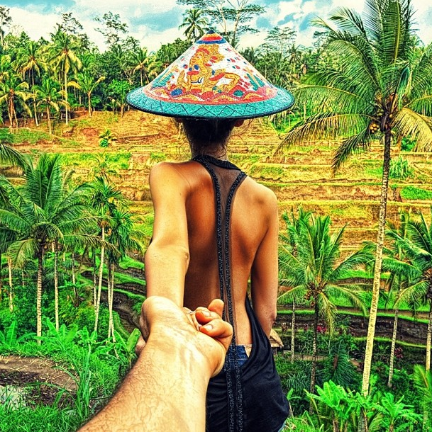 indonesia-wearing-an-elaborate-conical-hat-in-the-bali-rice-fields