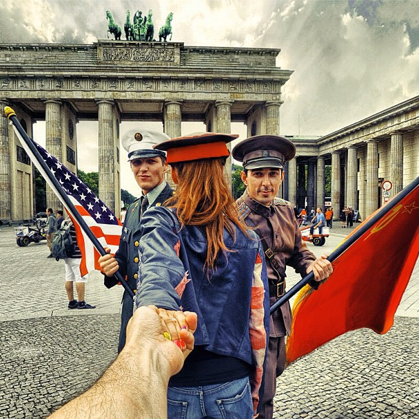 soldier-uniforms-pose-with-natalia-and-berlins-brandenburg-gate